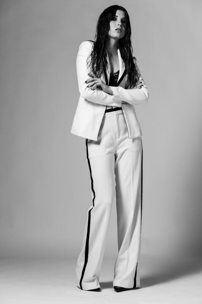 modell i vit kostym